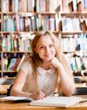 Портрет девушки студента изучая на библиотеке Стоковое фото RF