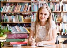 Портрет девушки студента изучая на библиотеке Стоковая Фотография RF