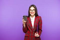 Портрет девушки студента красоты с чашкой чаю или кофе от бумажного стаканчика на голубой предпосылке Стоковые Фото