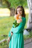 Портрет девушки с букетом роз идя в древесины Стоковое фото RF