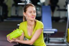 Портрет девушки с бутылкой в спортзале Стоковая Фотография RF