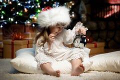 Портрет девушки с будильником под рождественской елкой Стоковая Фотография RF