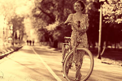 Портрет девушки с велосипедом Стоковые Изображения RF