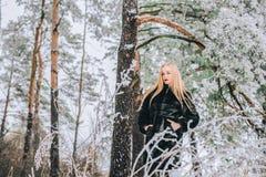 Портрет девушки с ее длинными белокурыми волосами в фото снежного влияния леса ретро, зерно Стоковое Изображение