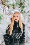 Портрет девушки с ее длинными белокурыми волосами в фото снежного влияния леса ретро, зерно Стоковые Изображения