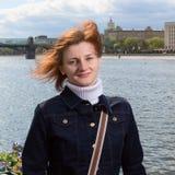 Портрет девушки с летанием волос на обваловке Mosco Стоковые Фото