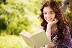Портрет девушки с книгой в парке Стоковое Фото