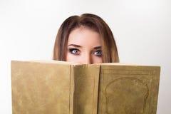 Портрет девушки с книгой Стоковые Изображения