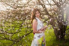 Портрет девушки с красивыми волосами в сочном саде весны, красотой, составом, волосы, Стоковое Изображение RF
