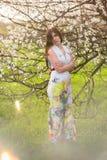 Портрет девушки с красивыми волосами в сочном саде весны, красотой, составом, волосы, Стоковые Изображения
