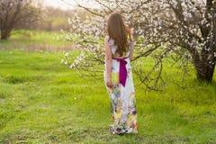 Портрет девушки с красивыми волосами в сочном саде весны, красотой, составом, волосы, Стоковое Фото