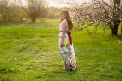 Портрет девушки с красивыми волосами в сочном саде весны, красотой, составом, волосы, Стоковая Фотография