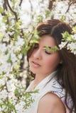 Портрет девушки с красивыми волосами в сочном саде весны, красотой, составом, волосы, Стоковые Фото
