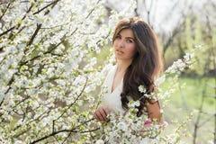 Портрет девушки с красивыми волосами в сочном саде весны, красотой, составом, волосы, Стоковое фото RF