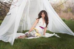 Портрет девушки с красивыми волосами в сочном саде весны, красотой, составом, волосы, Стоковое Изображение