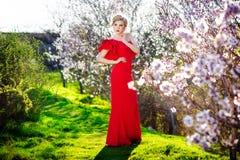 Портрет девушки с красивыми волосами в сочном саде весны, красотой, составом, волосы, Стоковые Фотографии RF