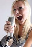 Портрет девушки с микрофоном Стоковое фото RF