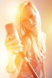 Портрет девушки с микрофоном Стоковое Изображение