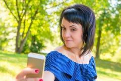 Портрет девушки с мобильным телефоном Стоковые Изображения RF