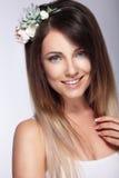 Портрет девушки с обручем с цветками в ее волосах положительно стоковые изображения rf