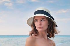 Портрет девушки с предпосылкой океана Стоковая Фотография
