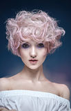 Портрет девушки с пушистым, курчавым coiffure Стоковая Фотография