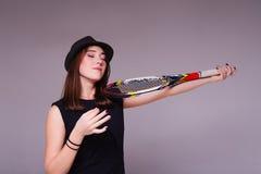 Портрет девушки с ракеткой тенниса и игры как скрипка Стоковые Изображения RF