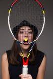 Портрет девушки с ракеткой тенниса Стоковое фото RF