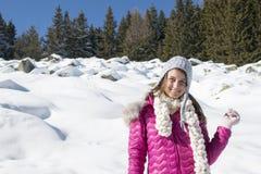Портрет девушки с серой шляпой в зиме Стоковое Фото