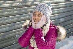 Портрет девушки с серой шляпой в зиме Стоковые Изображения