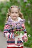 Портрет девушки с сиренями и одуванчиками в руках Стоковые Фото