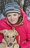 Портрет девушки с собакой в конце-вверх парка зимы Стоковое Изображение