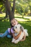 Портрет девушки с собакой в парке Стоковая Фотография
