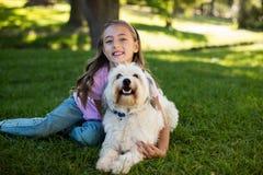 Портрет девушки с собакой в парке Стоковые Фото