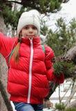 Портрет девушки с сосной разветвляет в руке стоковые фото