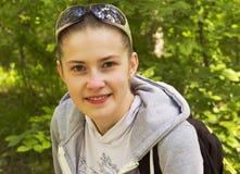 Портрет девушки с солнечными очками на его голове Лето в парке Стоковое фото RF