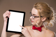 Портрет девушки с таблеткой в руках Стоковые Изображения