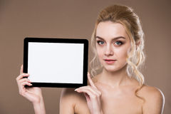 Портрет девушки с таблеткой Стоковые Изображения RF