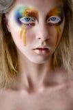 Портрет девушки с творческим красочным составом радуги Стоковое Изображение