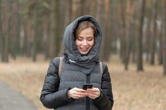 Портрет девушки с телефоном в природе Стоковые Изображения RF