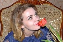 Портрет девушки с тюльпаном Стоковое Изображение