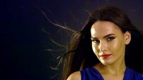 Портрет девушки с дуть черные волосы в ветре движение медленное сток-видео