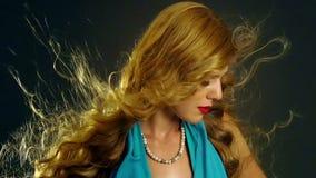 Портрет девушки с дуя волосами в ветре движение медленное акции видеоматериалы
