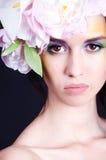 Портрет девушки с цветками в волосах Стоковое Изображение RF