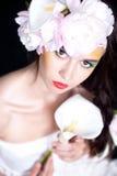 Портрет девушки с цветками в волосах Стоковое Фото