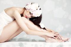 Портрет девушки с цветками в волосах Стоковые Фото