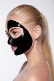 Портрет девушки с черной маской на ее стороне Стоковое фото RF
