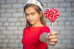 Портрет девушки с яркой конфетой Стоковые Изображения