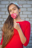 Портрет девушки с яркой конфетой Стоковые Фото