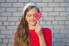 Портрет девушки с яркой конфетой Стоковая Фотография RF